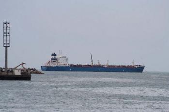 Petrolier au mouillage dechargeant sa cargaison